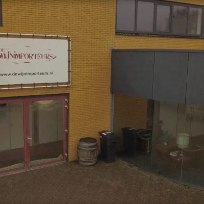 Op 'e kofje, eeh wyn, by De Wijnimporteurs yn Sint Nyk!